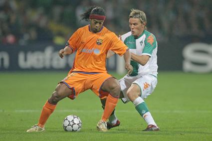 Meine erste Saison in der Champions League. Gleich im ersten Heimspiel hatten wir den FC Barcelona zu Gast. Mein Gegenspieler damals: Kein Geringerer als Ronaldinho. Wir haben im Weserstadion ein 1:1 erkämpft und das Rückspiel, vor 95.000 Zuschauern im Camp Nou, 0:2 verloren. Am Ende waren wir, kaum zu glauben, mit zehn Punkten in der Gruppenphase ausgeschieden. Ganz bitter, aber tolle Erlebnisse!