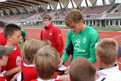 Das Fußballspielen gelernt habe ich bei Rot Weiß Erfurt. Ich bin im Laufe meiner Karriere auch immer wieder, mit fast allen Vereinen bei denen ich gespielt habe, nach Erfurt zurückgekehrt. Und jedes Mal war es etwas Besonderes. unzählige Freunde im Stadion; bei meinen Eltern übernachten: Komplett cooles Kontrastprogramm zum Bundesliga-Alltag!