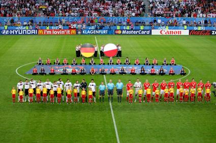 Wahnsinn! Bei der EURO 2008 stand ich in allen drei Gruppenspielen in der Startelf. Nicht, wie gewohnt, als Rechtsverteidiger, sondern im rechten Mittelfeld. Gegen Polen haben wir durch zwei Tore von Lukas Podolski mit 2:0 gewonnen. Danach gab´s eine 1:2-Niederlage gegen Kroatien und dann, fast ein Endspiel, das entscheiden Spiel gegen Österreich. Das haben wir mit 1:0 gewonnen; durch ein unvergessenes Tor von Michael Ballack. Insgesamt haben ich bei der EM vier Spiele gemacht und am Ende wirkliche klasse Wochen erlebt!